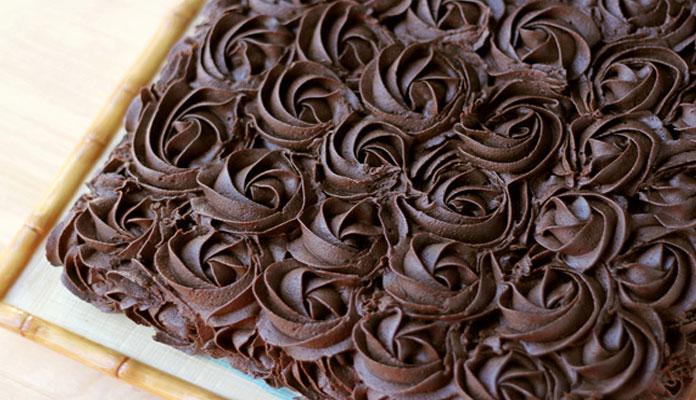 کیک شکلاتی با تزیین گل رز